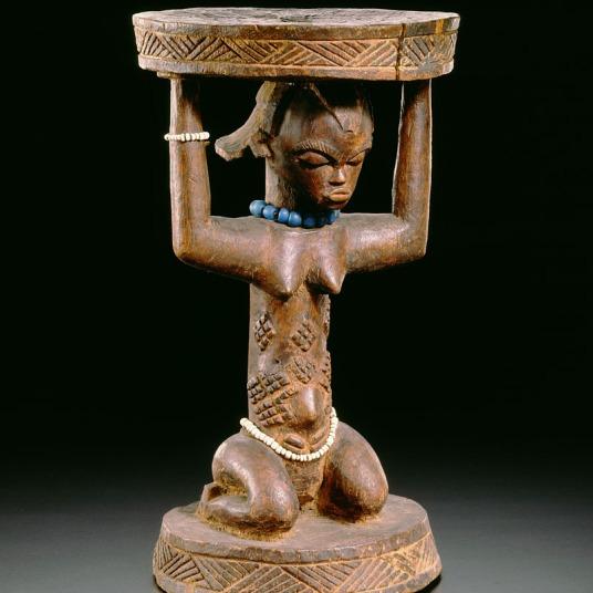 Tabouret anthropomorphe luba fait de bois et de perles