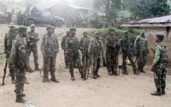 Congolese soldiers from FARDC receive instructions during their offence against the rebels from the FDLR in Kirumba village of Rutshuru territory in eastern Democratic Republic of Congo
